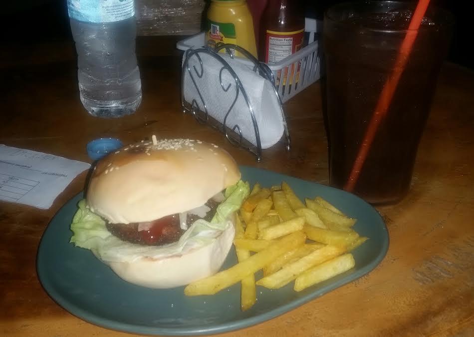 Zestaw Combo, Burger z frytkami + bardzo słodka ice tea, cena 85 peso, Filipiny jedzenie